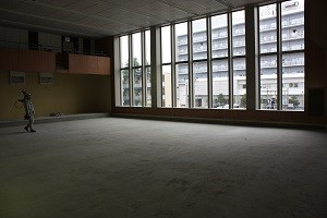 講堂は大きな窓が特徴!